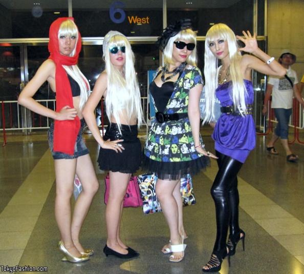 Lady-Gaga-Japanese-Fans-SS-2009-006-b
